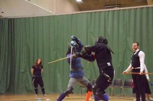 Henric (blauwe jas) vangt een aanval op van Kristian